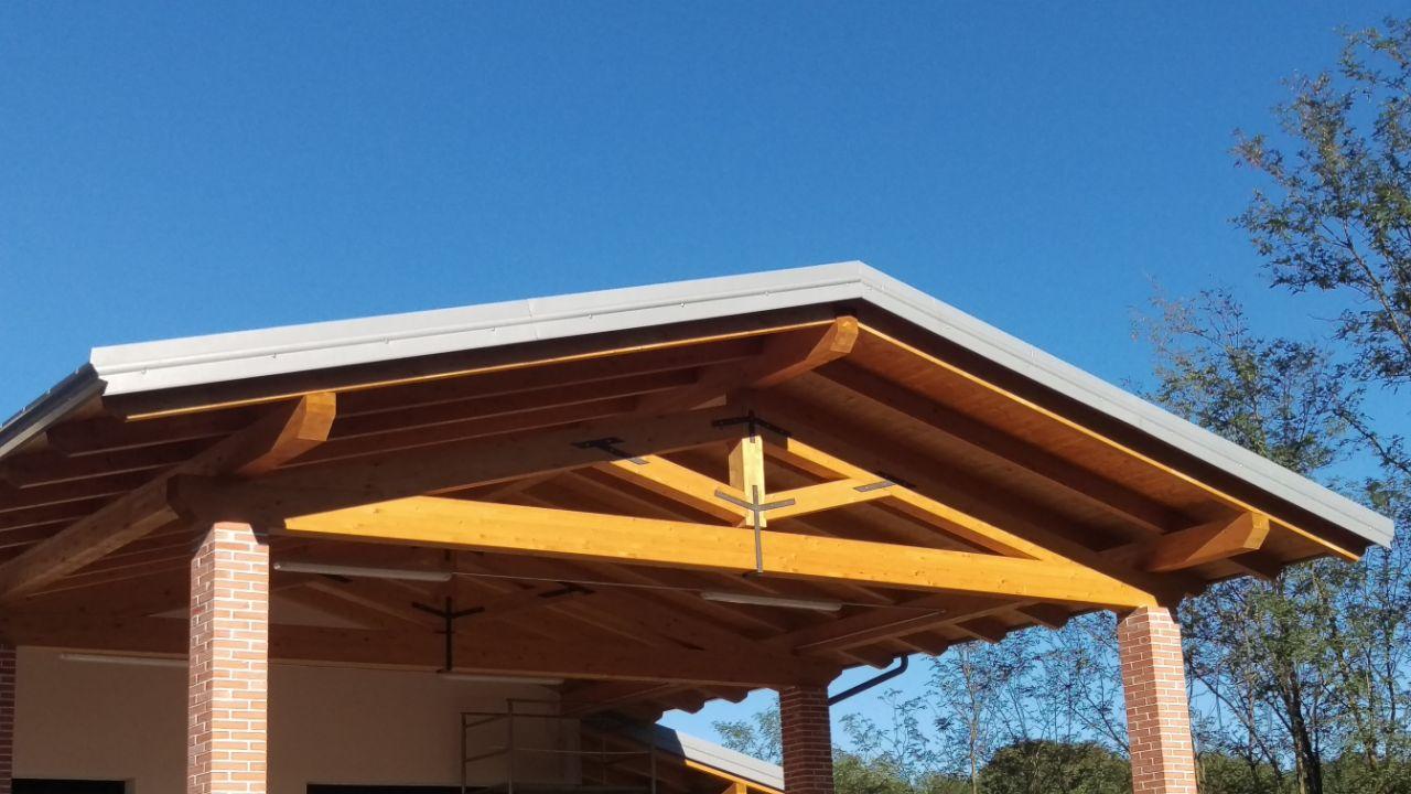 un tetto in fase di completamento