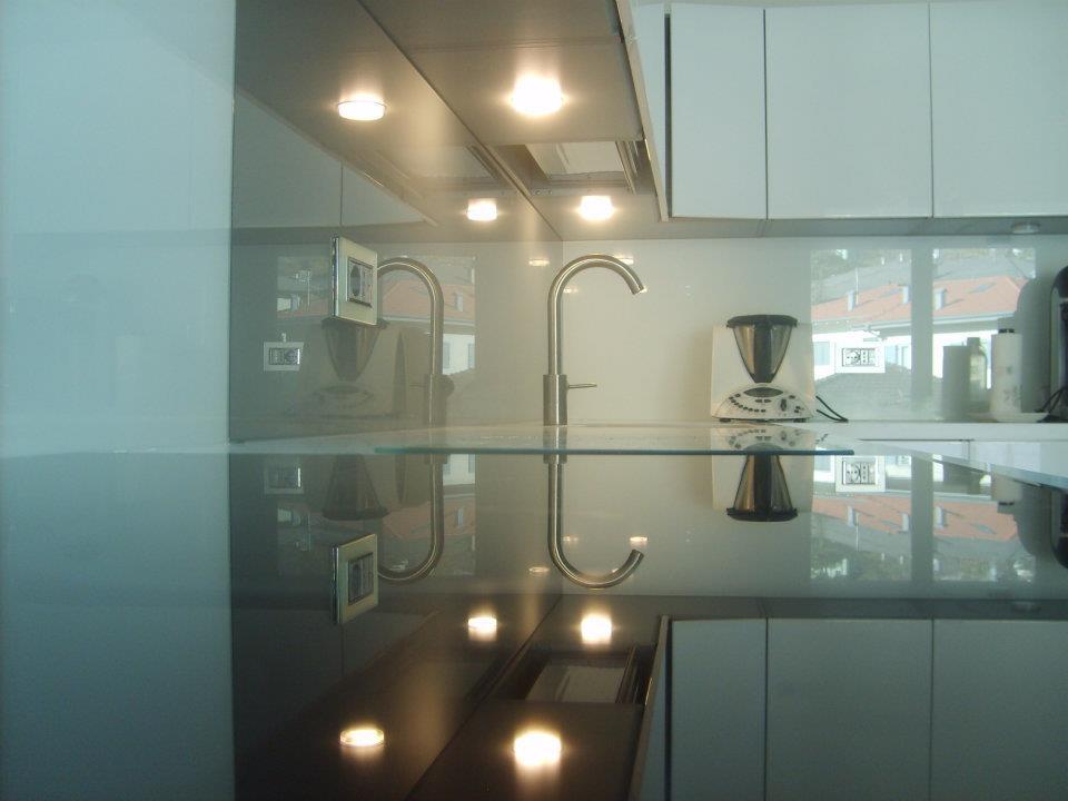 cucina con gioco di luci su vetro