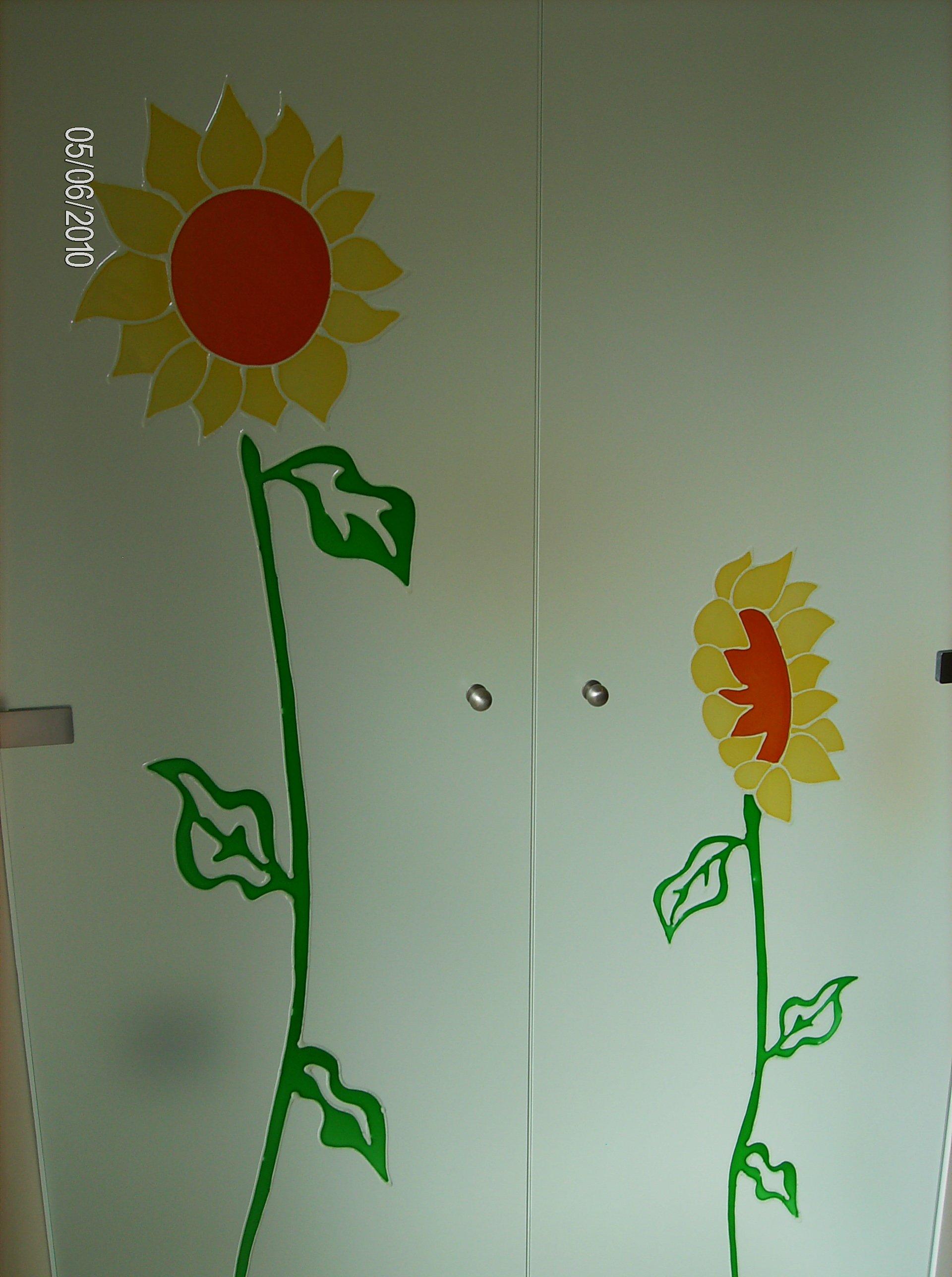 disegni di girasoli su ante di armadio