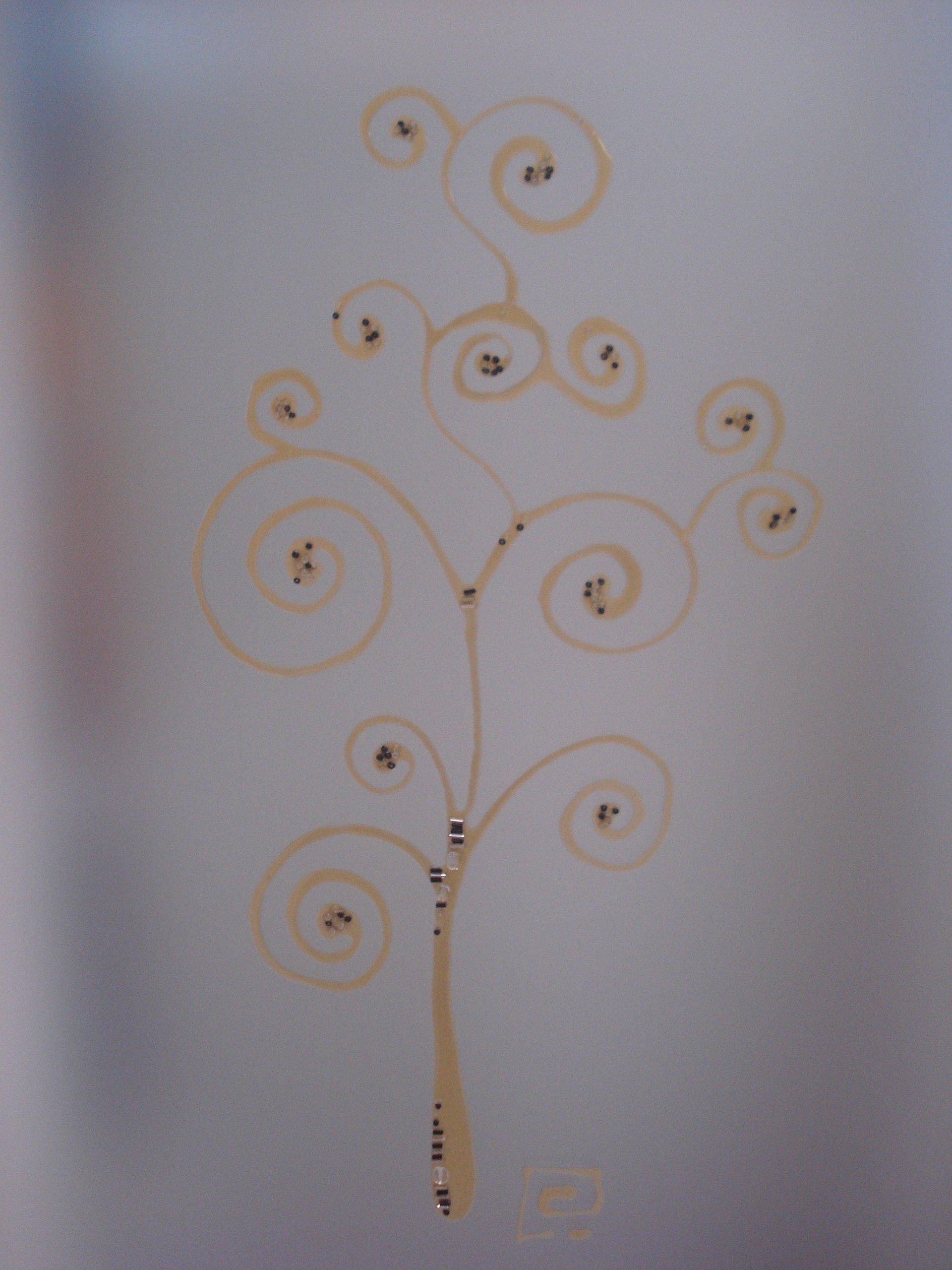 albero stilizzato disegnato su vetro
