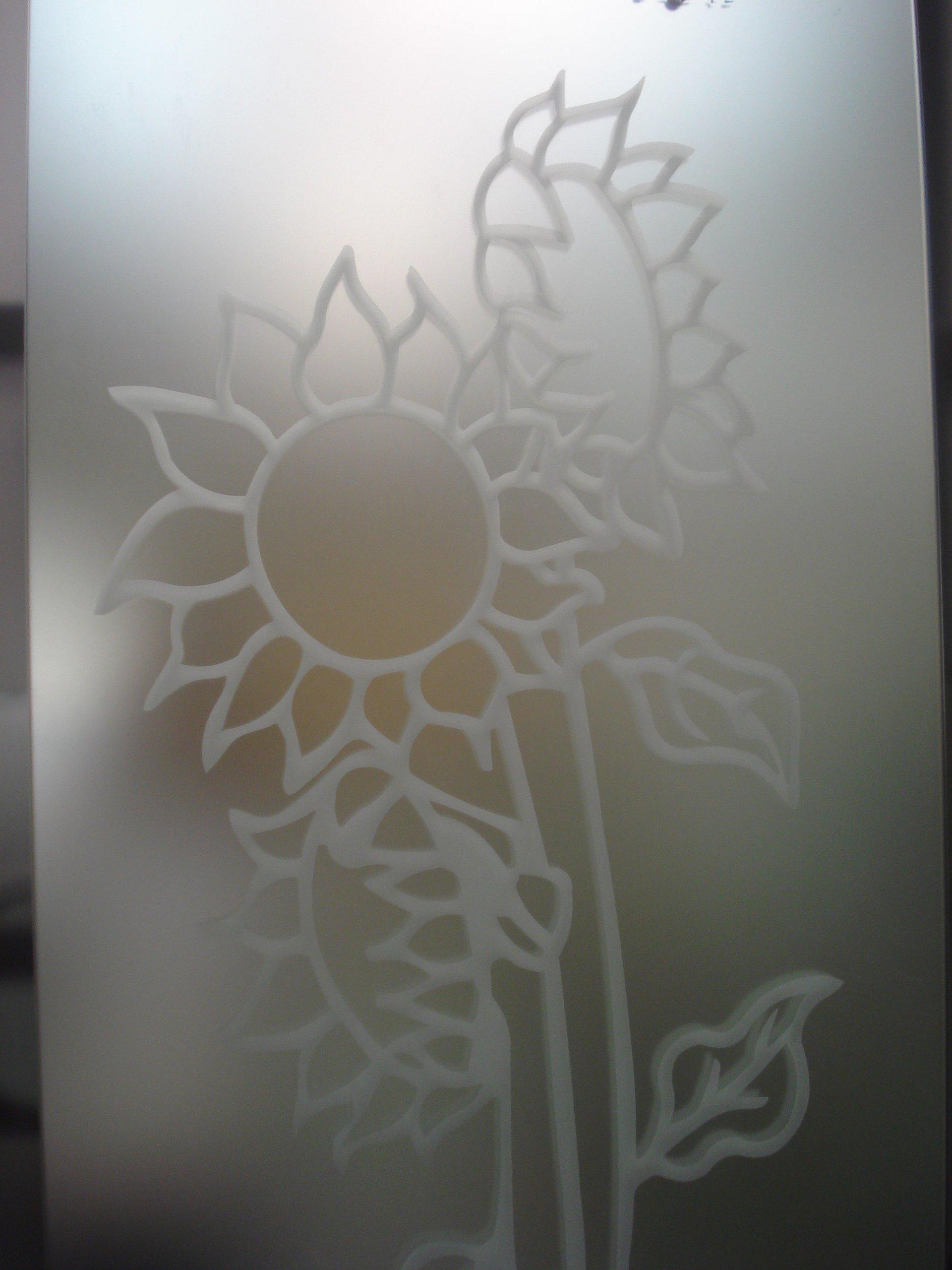 girasole disegnato su vetro di una doccia