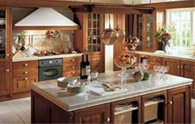 una cucina moderna in legno e una penisola  con sopra dei bicchieri