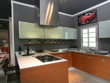 una cucina angolare moderna con mobili in legno