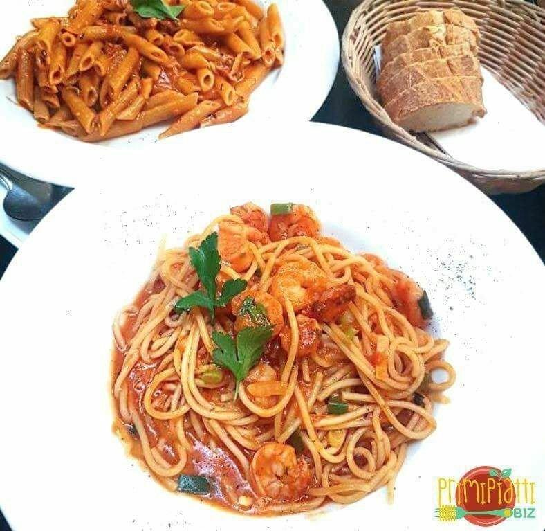 piatto di spaghetti con gamberi e pomodoro