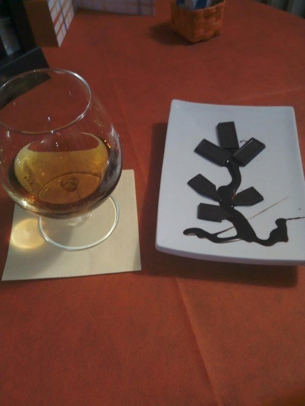 bicchiere con whisky e piatto con disegno di cioccolato