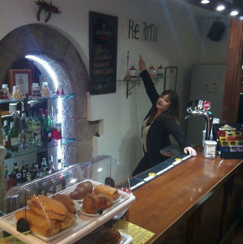 banco bar con donna che segnala la scritta