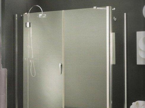 Realizziamo pareti in vetro opaco per box doccia.