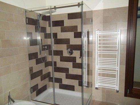 Proponiamo soluzioni classiche in vetro per box doccia.