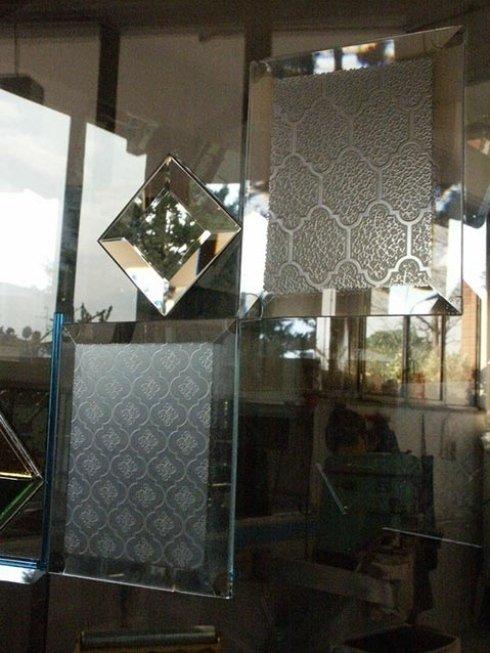 Proponiamo svariate decorazioni classiche per vetri.