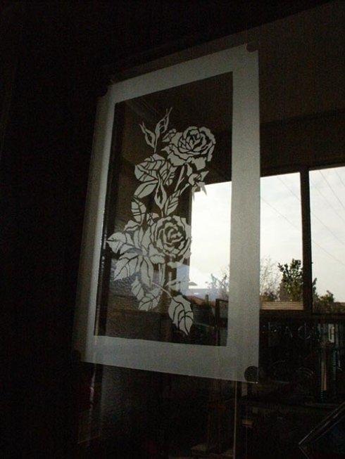 Realizzazione decorazioni floreali su vetrate.