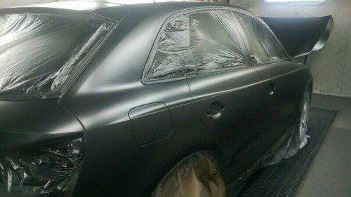 una vettura appena verniciata di nero