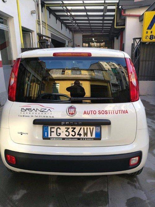 un'auto sostitutiva Fiat Panda di color bianco