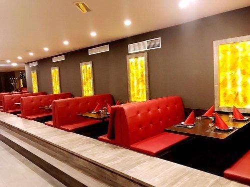 tavoli del ristorante con poltroncine imbottite