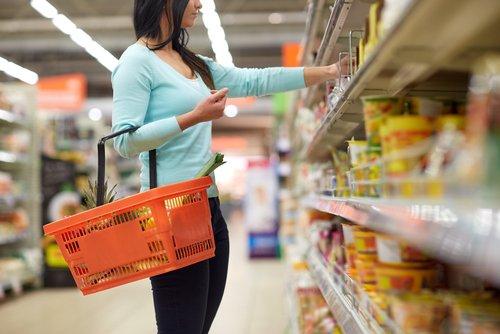 donna che fa la spesa al supermercato