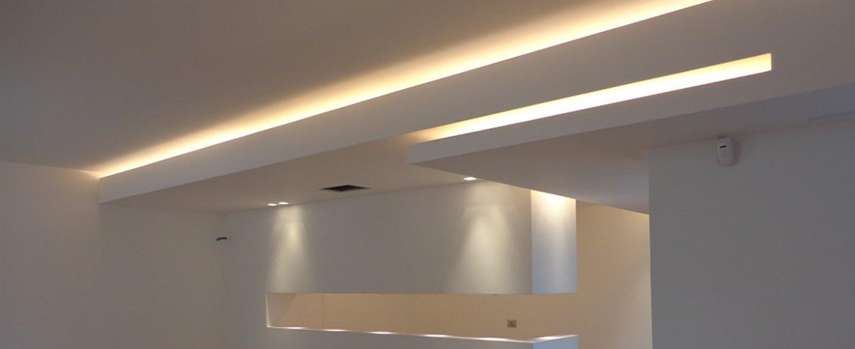 una stanza ristrutturata con soffitto in cartongesso