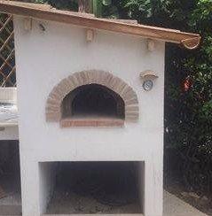 un forno a legna all'esterno