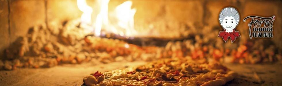 una pizza durante la cottura in un forno a legna