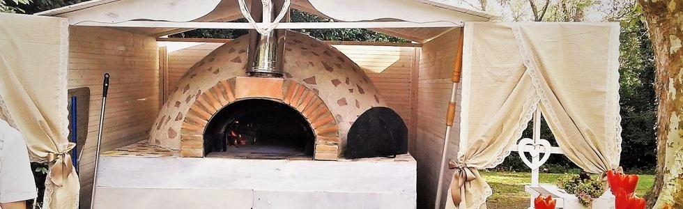 un forno a legna all'esterno in un giardino