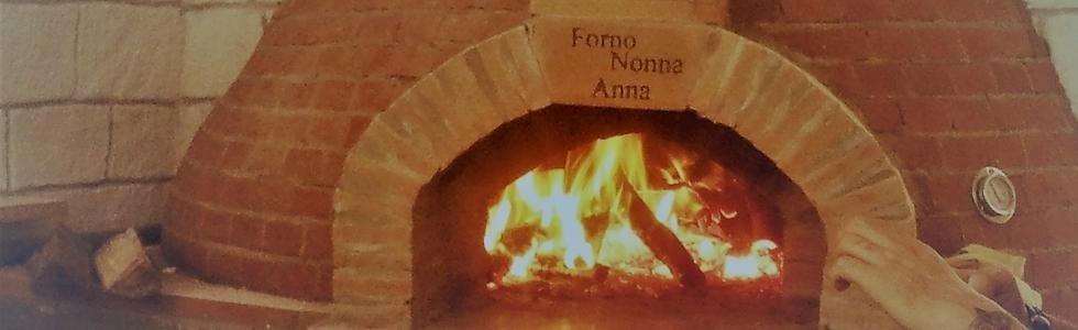 un forno con della legna accesa e una scritta Forna Nonna Anna