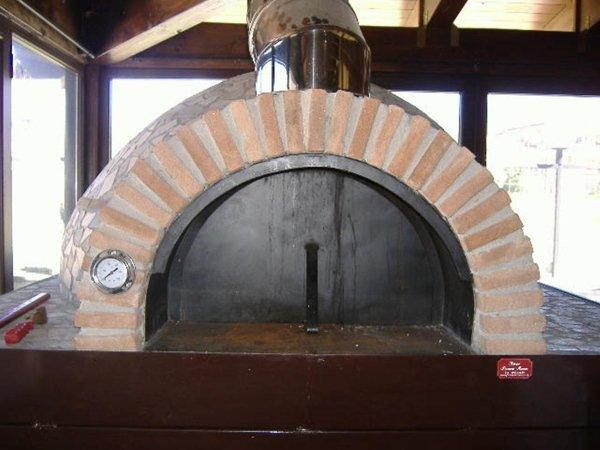 un forno a legna ad arco