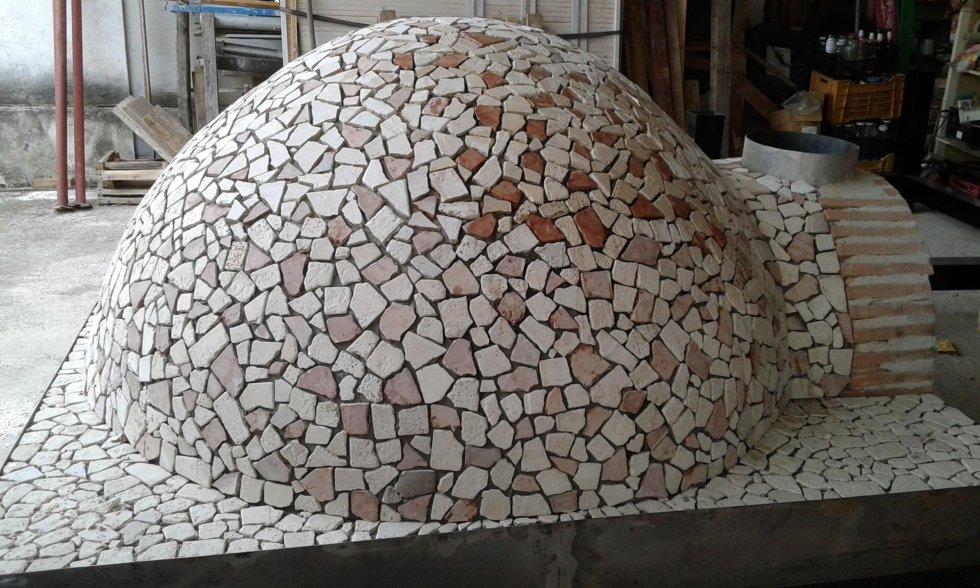 un forno a legna coperto in pietra