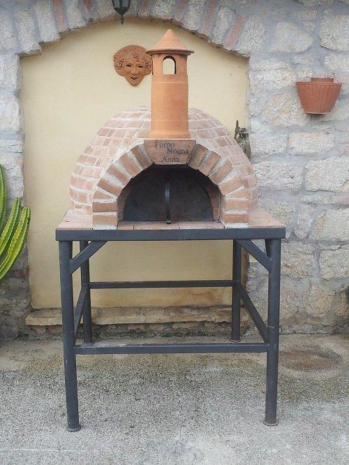 un forno a legna con mattoni a vista