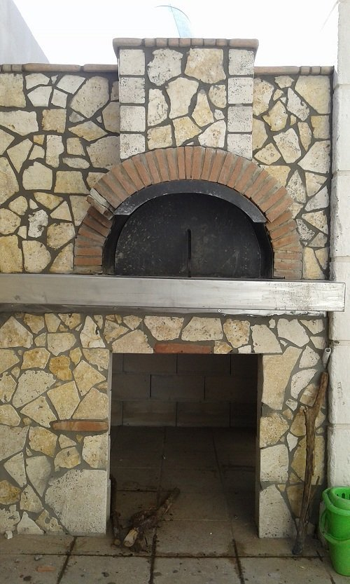 un forno a legna coperto in pietra di color giallo