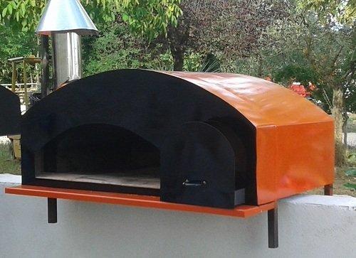 un fornetto a legna  di color arancione e nero