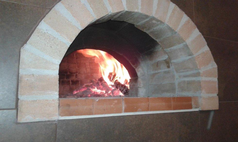 un forno a legna acceso