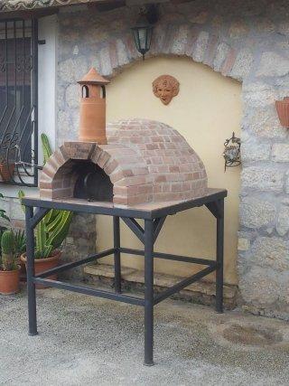 un forno a legna ad arco all'esterno