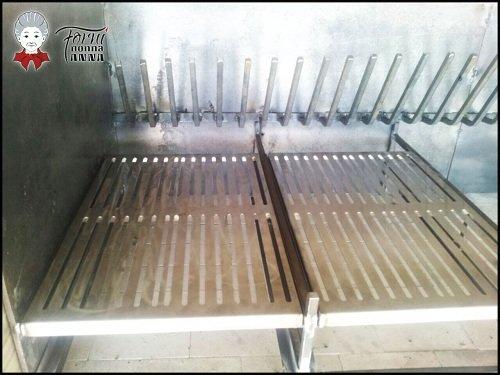 una griglia in ferro all'interno di un forno
