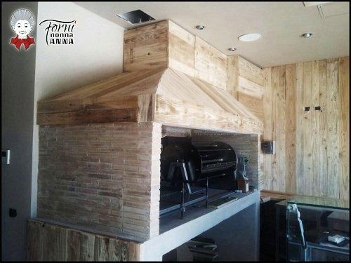 un forno a legna con la griglia in una cucina