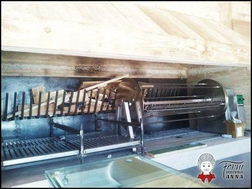 un forno a legna con la griglia