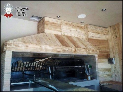 una cucina in legno chiaro