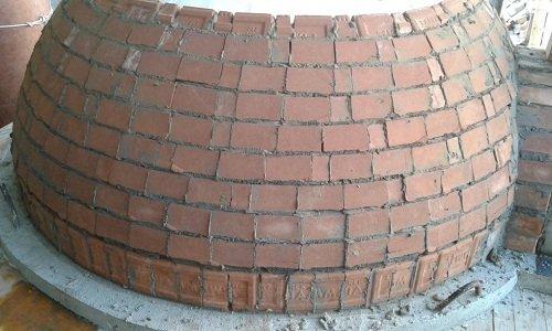 un forno durante la costruzione con mattoni a vista