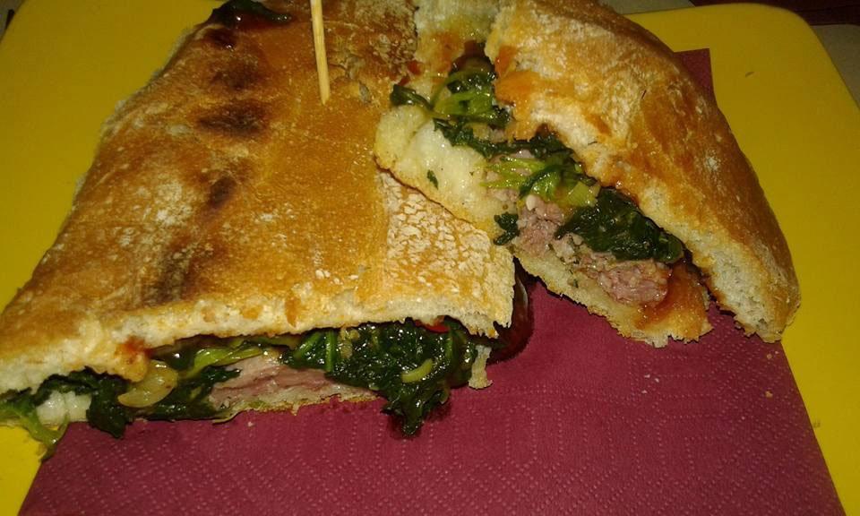 due panini con carne e verdure su un tovagliolo rosso di carta a Viareggio