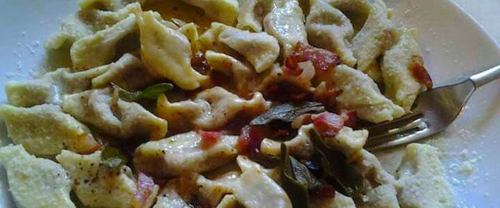 piatto di pasta fresca con verdure ed erba salvia