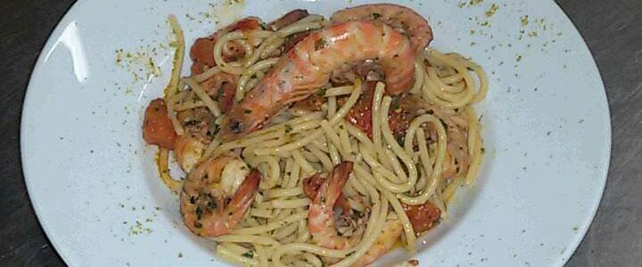 piatto di spaghetti con gamberi