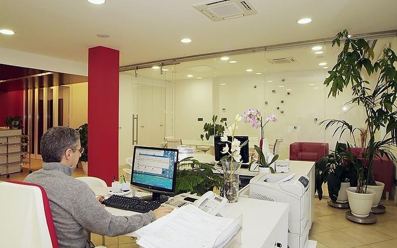 interno di un uffcio con un impiegato al computer
