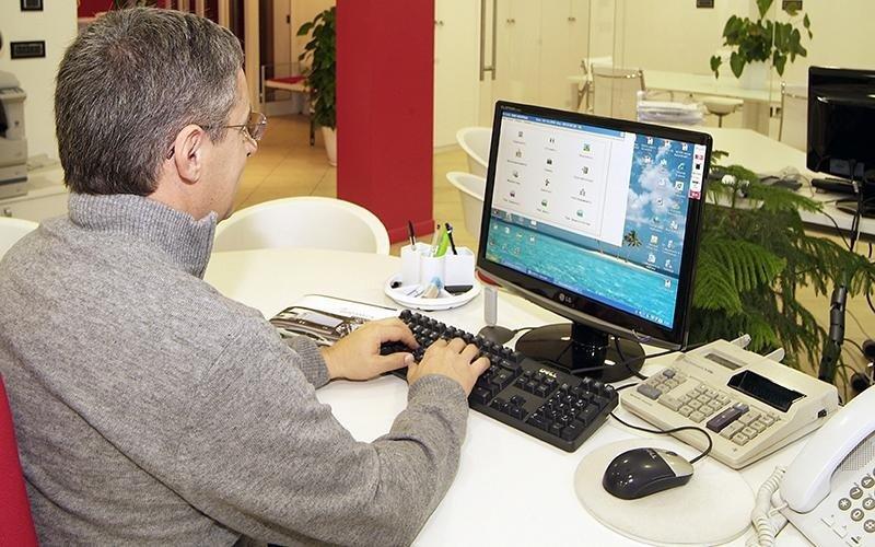 Uomo che lavora al computer