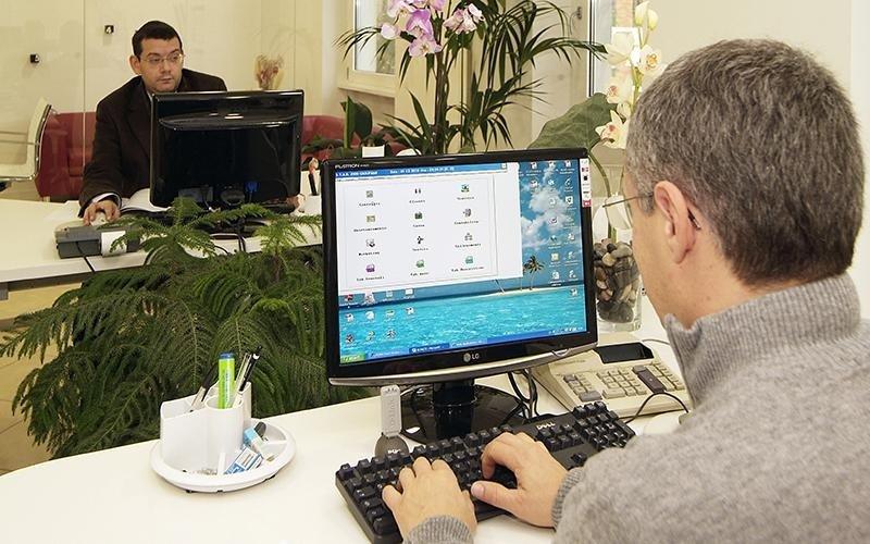 Uomo digita sulla tastiera