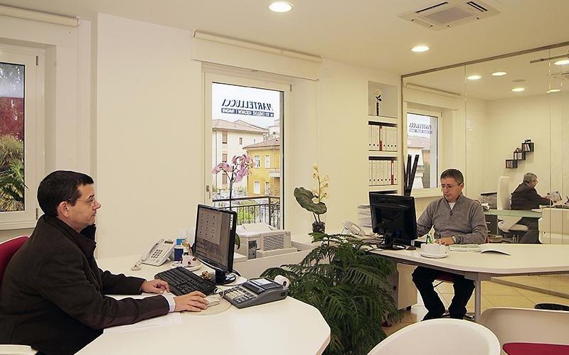 Persone lavorano in un ufficio uno di fronte all`altro