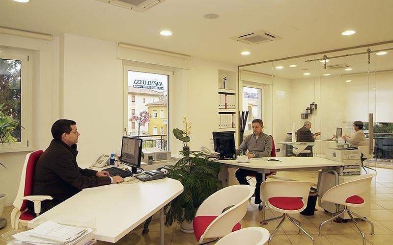 interno di un ufficio con persone al lavoro