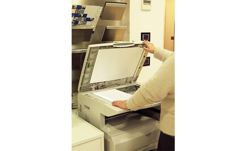 una persona utilizza la fotocopiatrice