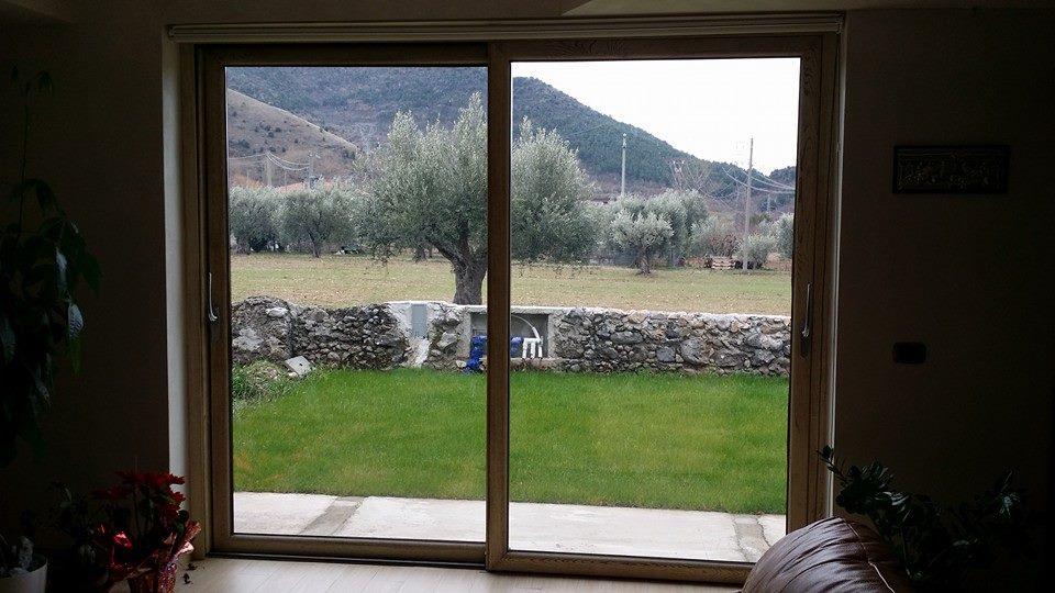 vetrata con vista giardino