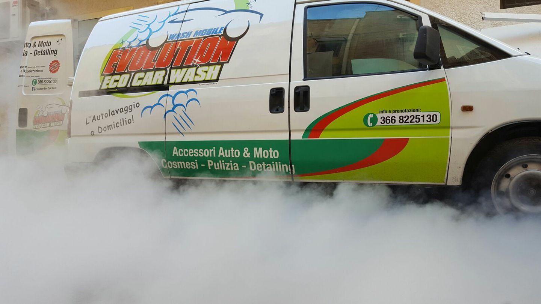 il furgone bianco di Evolution Eco Car Wash visto da vicino e del fumo bianco