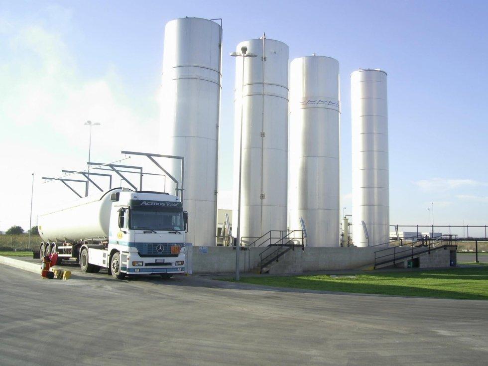 un camion bianco e quattro silos