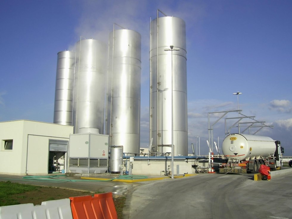 4 silos e un'autocisterna