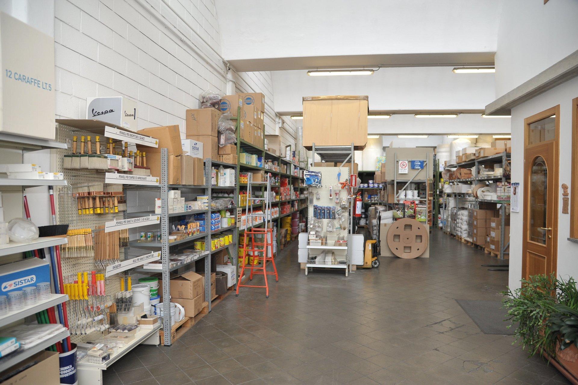 Il magazzino La Delfa rifornito di materiali abrasivi e collanti