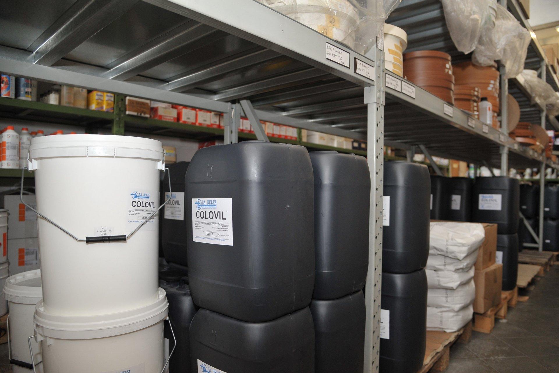 magazzino rifornito di materiale chimico e coloranti